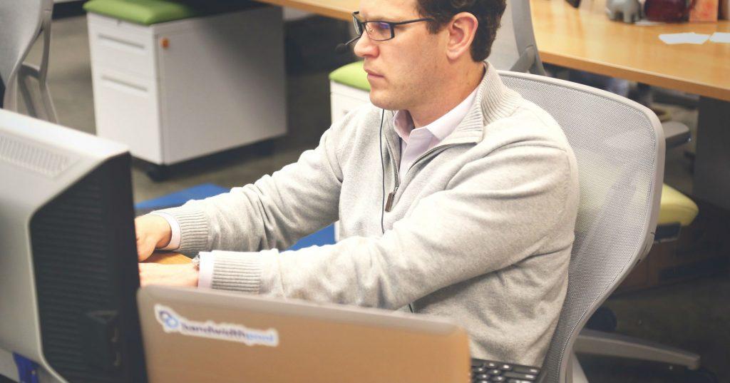 desk-office-workspace-coworking-1